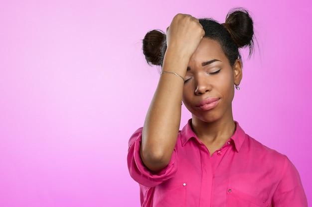 Casual mulher negra com dor de cabeça