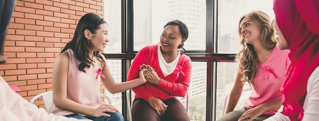 Casual multiethinic mulheres sentadas em círculo na reunião
