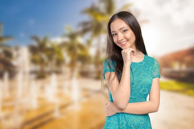 Casual, raça mista, caucasiano, mulher asiática, sorrindo, olhar feliz