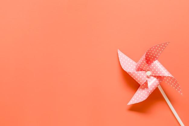 Cata-vento de brinquedo em fundo laranja