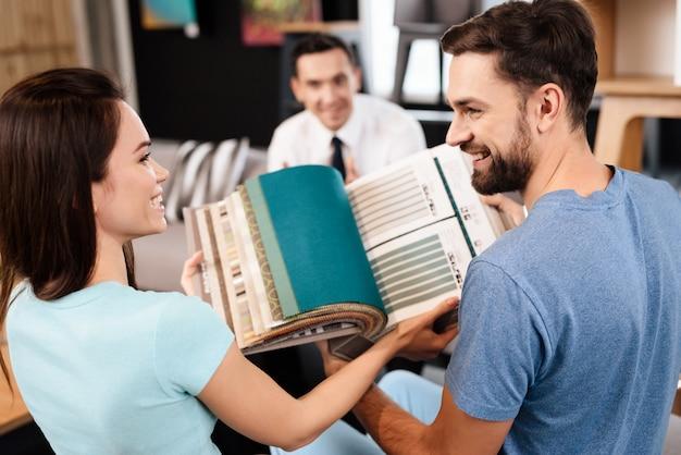 Catálogo com amostras de tecidos para estofamento de móveis.