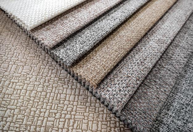 Catálogo de amostras coloridas de tecidos para fazer móveis.