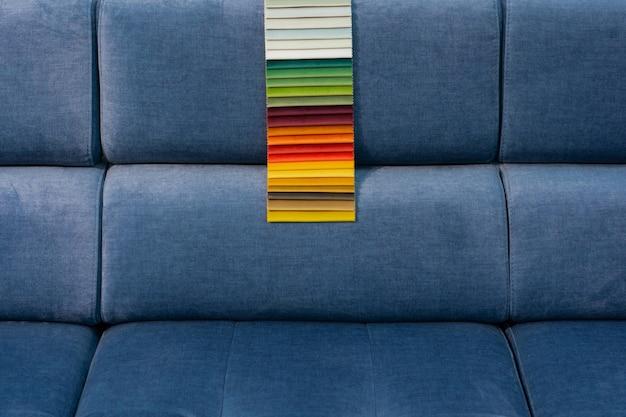 Catálogo de amostras de tecido multicolorido no sofá