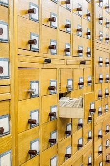 Catálogo de cartão de madeira velho na biblioteca