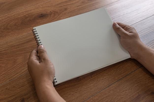 Catálogo de catálogo de retrato em branco mock-se em revistas de identidade de madeira marca