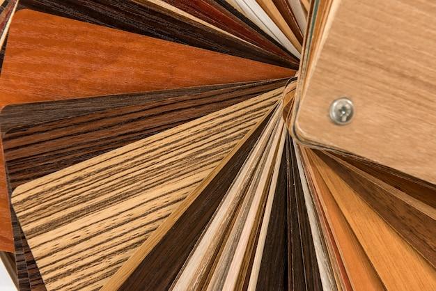Catálogo de materiais de madeira para design na mesa