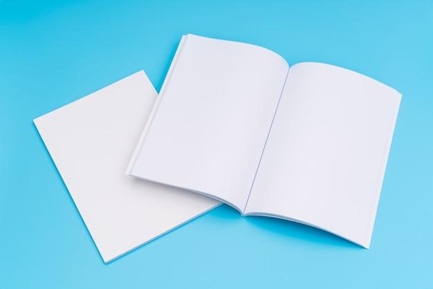 Catálogo em branco, revistas, livro mapeado no fundo azul. .