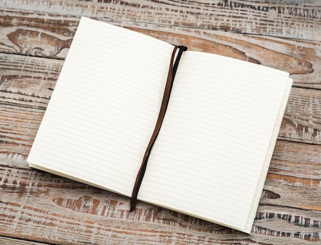 Catálogo em branco, revistas, livro mock-se sobre fundo de madeira.