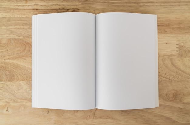 Catálogos em branco na mesa de madeira