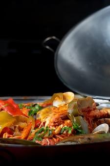 Cataplana de marisco, prato típico português, com lagosta, camarão, mexilhão, legumes.