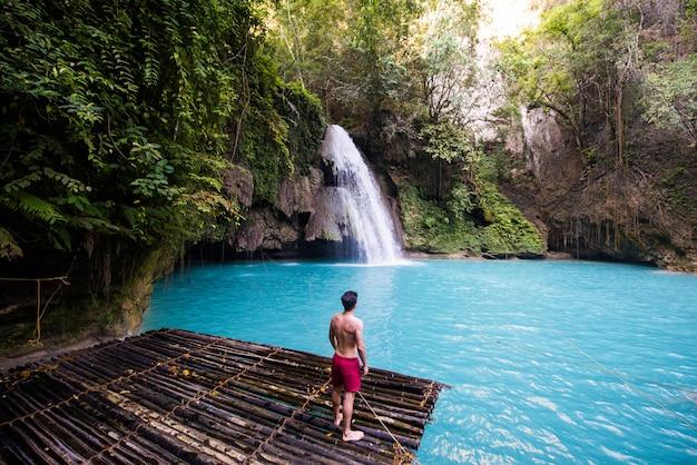 Cataratas de kawasan em cebu, filipinas