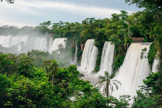 Cataratas do iguaçu exibem a maior série de cachoeiras do mundo