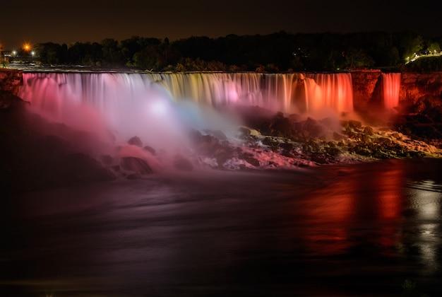 Cataratas do niágara à noite. cachoeira ao pôr do sol