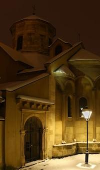Catedral armênia em lviv no inverno e à noite