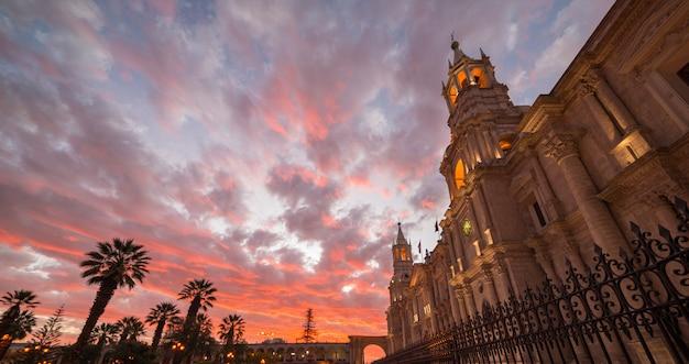 Catedral com céu deslumbrante ao entardecer