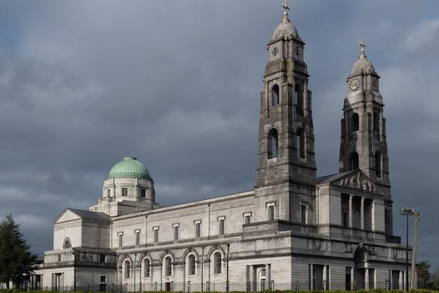 Catedral cristo rei contra o céu cinza escuro.