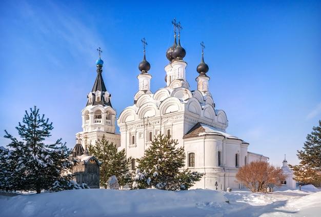 Catedral da anunciação no mosteiro da anunciação em murom em um dia ensolarado de inverno e neve