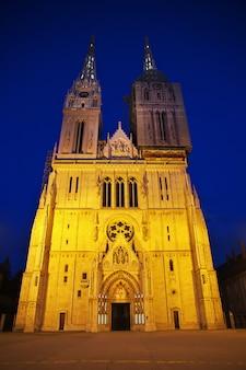 Catedral da assunção à noite, zagreb, croácia