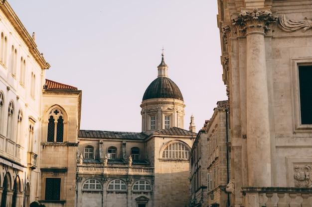 Catedral da assunção da virgem maria na antiga cidade de dubrovnik igreja de dubrovnik com uma