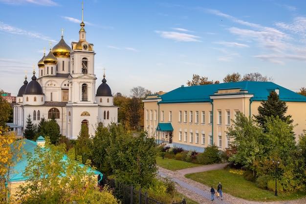 Catedral da assunção em dmitrov kremlin construída no início do século 16, dmitrov, rússia