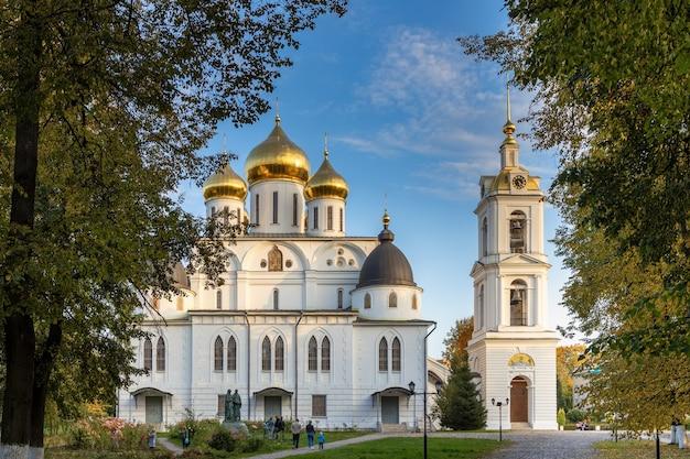 Catedral da assunção em dmitrov kremlin, região de moscou