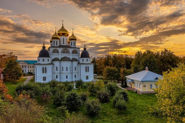 Catedral da assunção em dmitrov kremlin, rússia