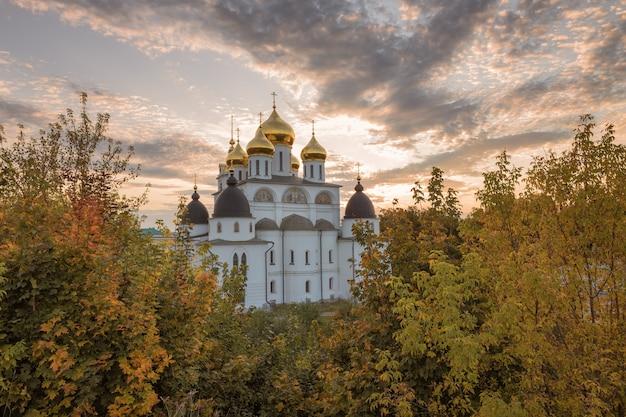 Catedral da assunção no kremlin de dmitrov. uma das principais atrações arquitetônicas de dmitrov construída no início do século xvi. dmitrov, rússia