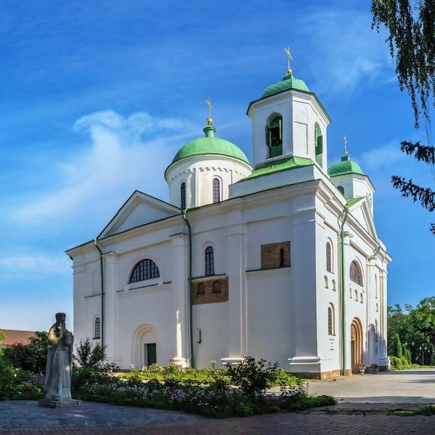Catedral da assunção no memorial park em kaniv, ucrânia, em um dia ensolarado de verão