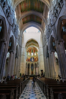 Catedral de almudena interior, madrid, espanha