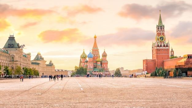 Catedral de basílio na praça vermelha de moscou, rússia, ao nascer do sol
