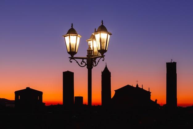 Catedral de bolonha e torres da cidade velha em bolonha, itália
