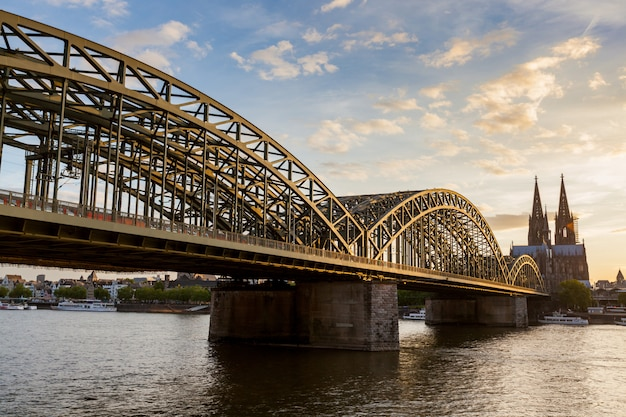 Catedral de colónia e ponte hohenzollern ao pôr do sol