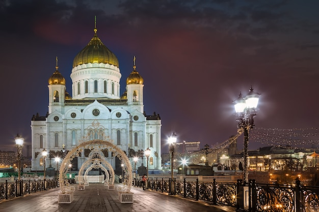 Catedral de cristo salvador em decorações de natal pela manhã moscou rússia