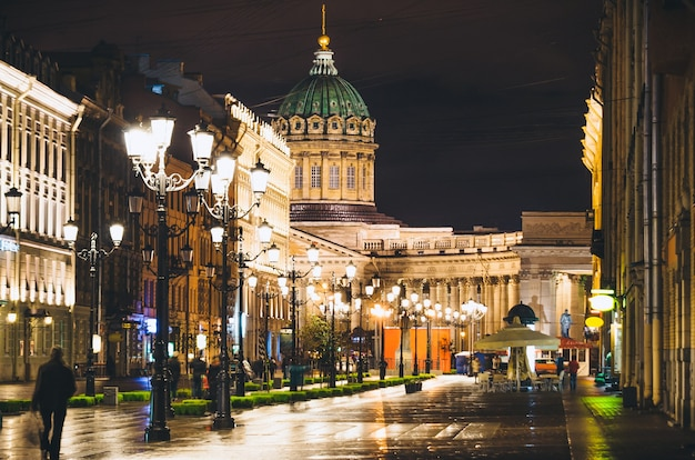 Catedral de kazan e nevsky prospect à noite iluminam casas antigas de são petersburgo.