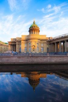 Catedral de kazan em são petersburgo. vistas de são petersburgo. cidade de manhã sem pessoas. artigo sobre turismo Foto Premium