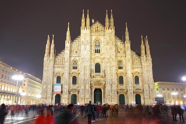 Catedral de milão (duomo di milano) à noite, itália (people in motion blur)
