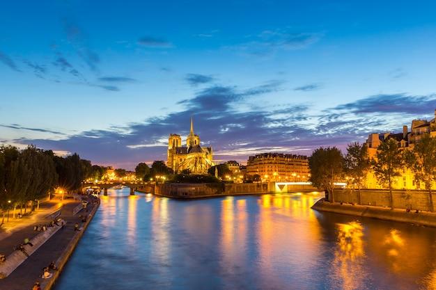 Catedral de notre dame ao entardecer de paris