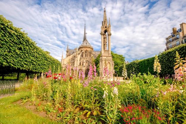 Catedral de notre dame de paris, jardim com flores