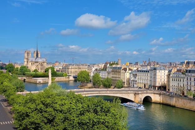 Catedral de notre-dame em paris na primavera, uma vista aérea