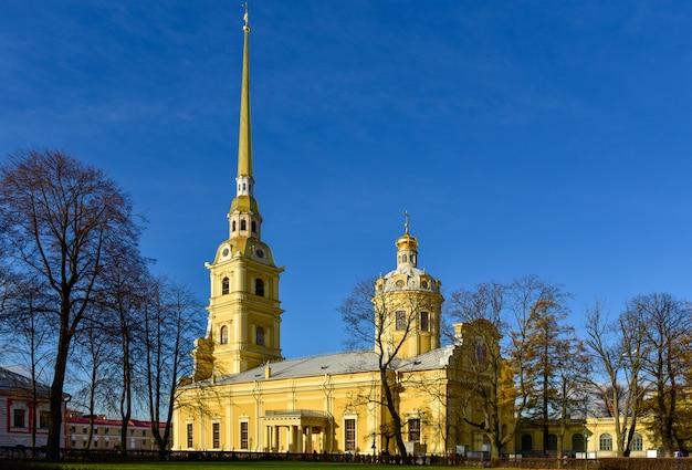 Catedral de pedro e paulo atrás da ilha de lebre em são petersburgo