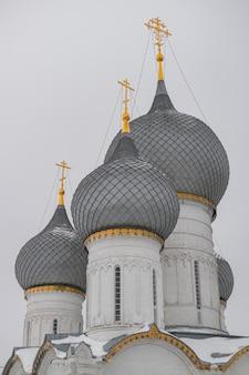 Catedral de rostov kremlin assunção cúpulas ortodhox, nevando vista de inverno, rússia anel de ouro