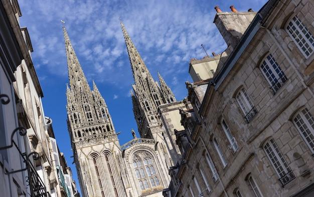 Catedral de saint corentin vista da rua em quimper, bretanha, frança