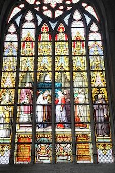 Catedral de saint michel e gudula em bruxelas. bela arte vitral.