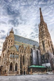 Catedral de santo estêvão em viena, bela vista em um dia nublado, sem pessoas. Foto Premium