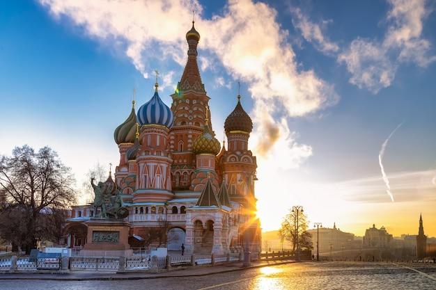 Catedral de são basílio catedral de pokrovsky em uma manhã ensolarada de inverno em moscou, rússia