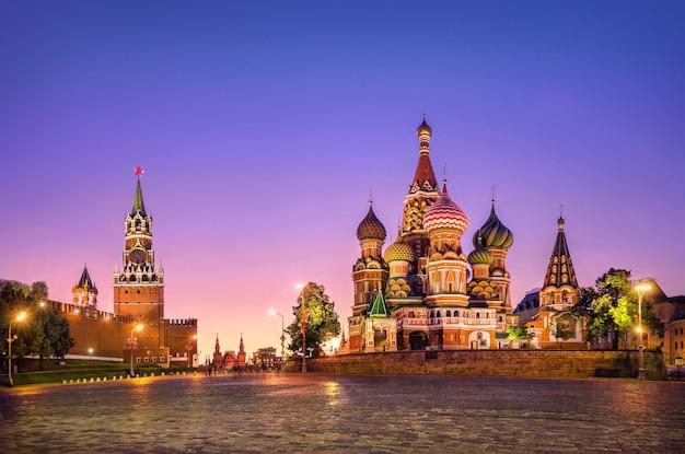 Catedral de são basílio e torre spasskaya em moscou ao pôr do sol