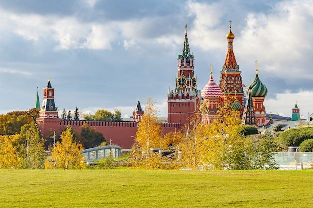 Catedral de são basílio e torres do kremlin de moscou contra o céu com nuvens em um dia ensolarado de outono