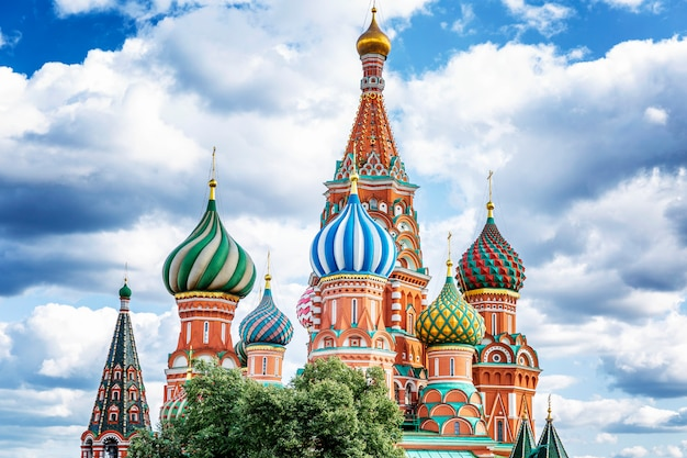 Catedral de são basílio em um fundo de céu azul nublado. paisagem da cidade bonita.