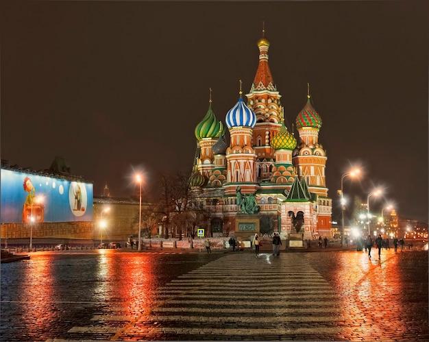 Catedral de são basílio na praça vermelha de moscou sob os raios das luzes noturnas