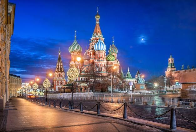 Catedral de são basílio na praça vermelha em moscou ao luar e lanternas em uma manhã de inverno